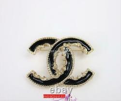 2014 Chanel A61457 Petite Broche Baroque En Émail Noir CC