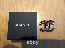 Chanel Édition Limitée! Broche De Défilement CC En Émail Noir Et Métal Doré, In Box