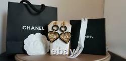 Coco Chanel Strauss Grand Or Et Émail Noir Coeur Boucles D'oreilles Dangle Stud Logo