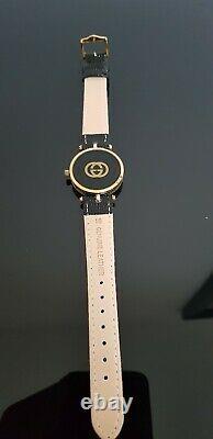 Gucci 2000m Gents Gold Plaqué Noir Enamel Stack Watch Avec Cadran Noir. Gucci Box