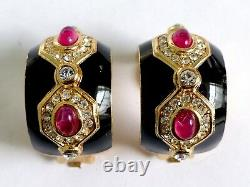 Une Paire Vintage De Boucles D'oreilles À Clip De Dior Chrétiennes Avec Émail Noir. Diamants Blancs